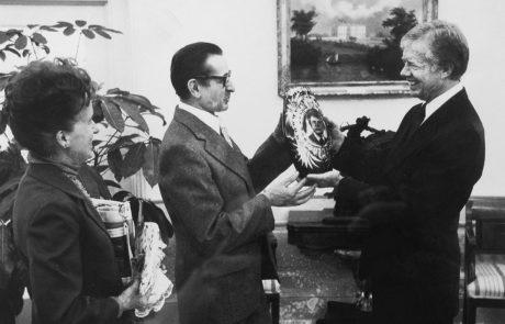 1977 - Ein Werk von Stanislaw Borowski wird dem US Präsidenten Jimmy Carter überreicht