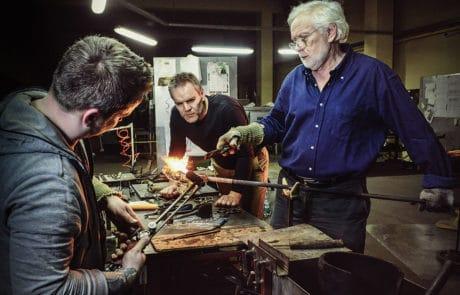 2015 - Stanislaw Borowski bei der Arbeit mit seinen Söhnen Stani Jan und Wiktor in der Glasmanufaktur