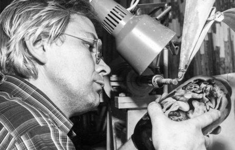 1979 - Stanislaw Borowski graviert in seiner ersten eigenen Werkstatt